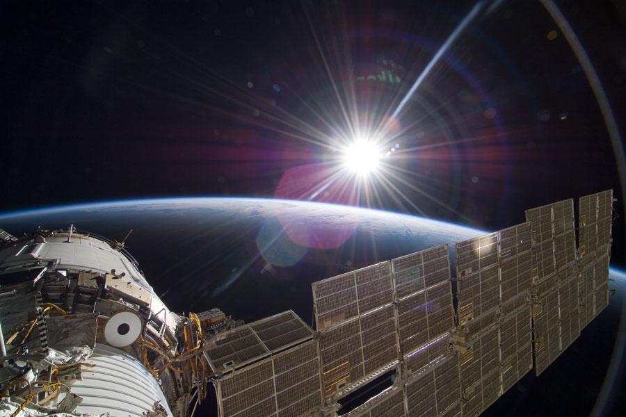 Sol brillante y Tierra creciente desde la Estación Espacial