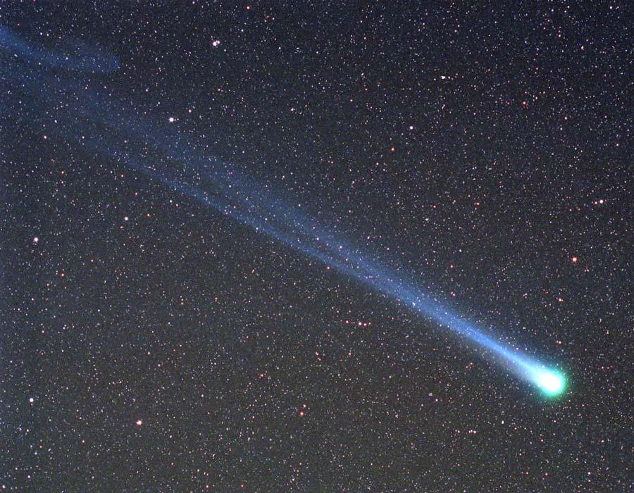 El cometa Hyakutake pasa sobre la Tierra