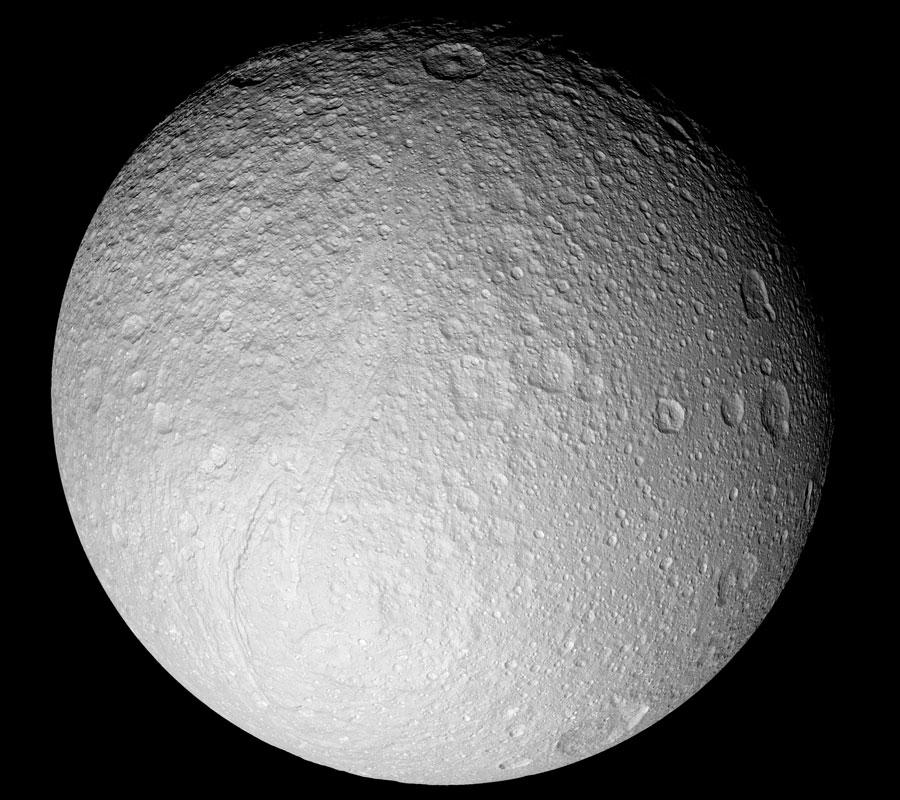 Tethys, luna helada desde la Cassini orbitando Saturno