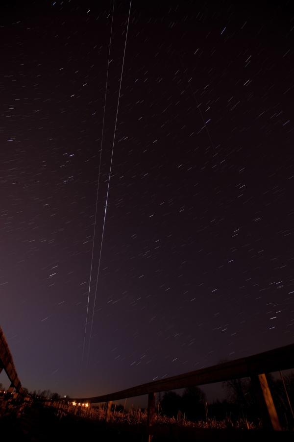 黎明天空中的奋进号太空梭