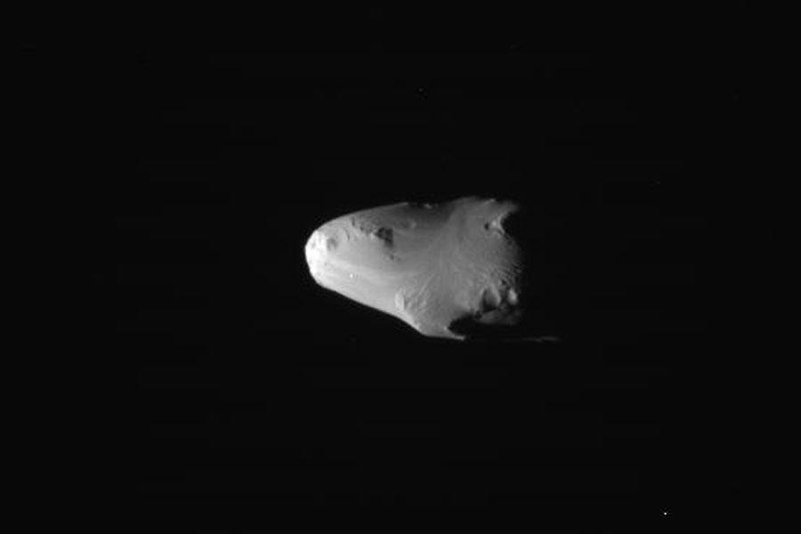 Una inusualmente suave superficie en la luna de Saturno Calypso