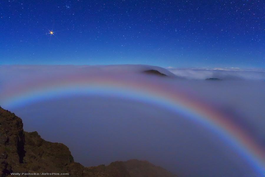 Marte y un colorido arco de neblina lunar