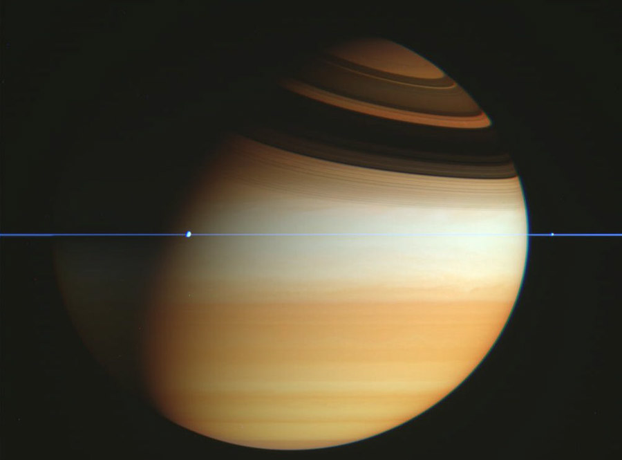 La sonda espacial Cassini cruza el plano de los anillos de Saturno