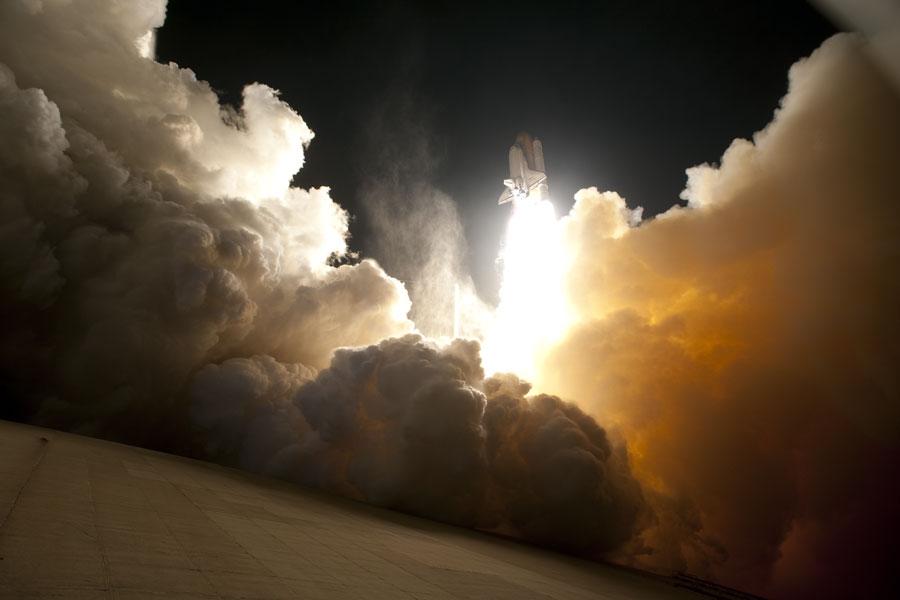 图片说明:奋进号航天飞机夜晚发射,版权:NASA