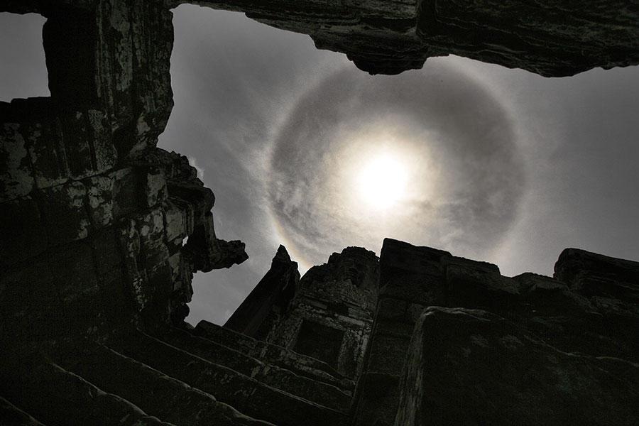Un halo solar sobre Camboya