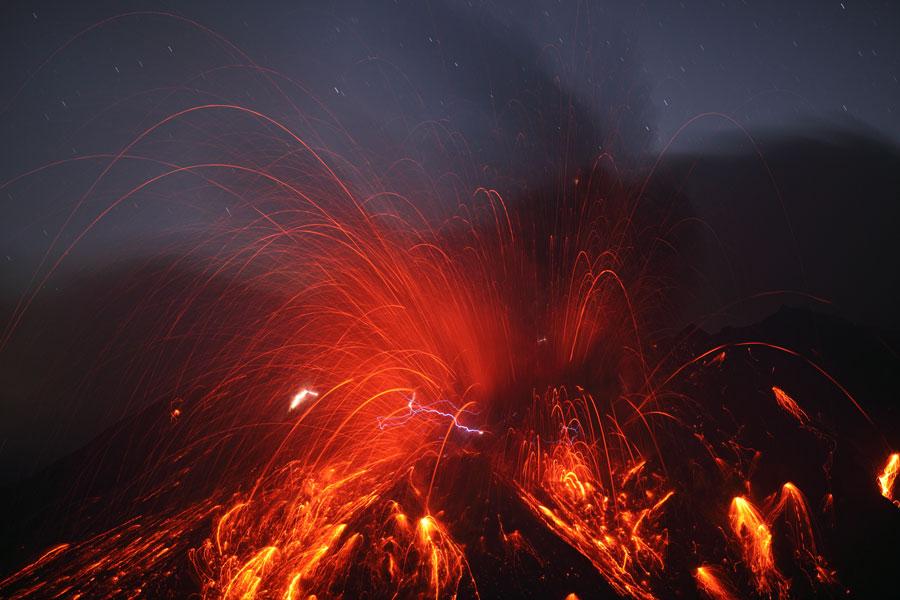 El volcán Sakurajima con relámpagos