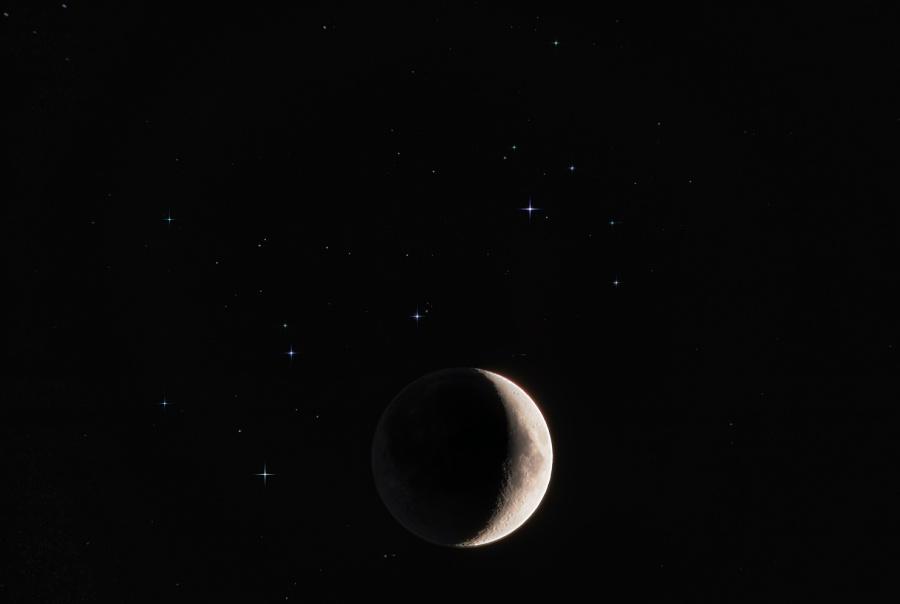 Joven Luna y estrellas hermanas