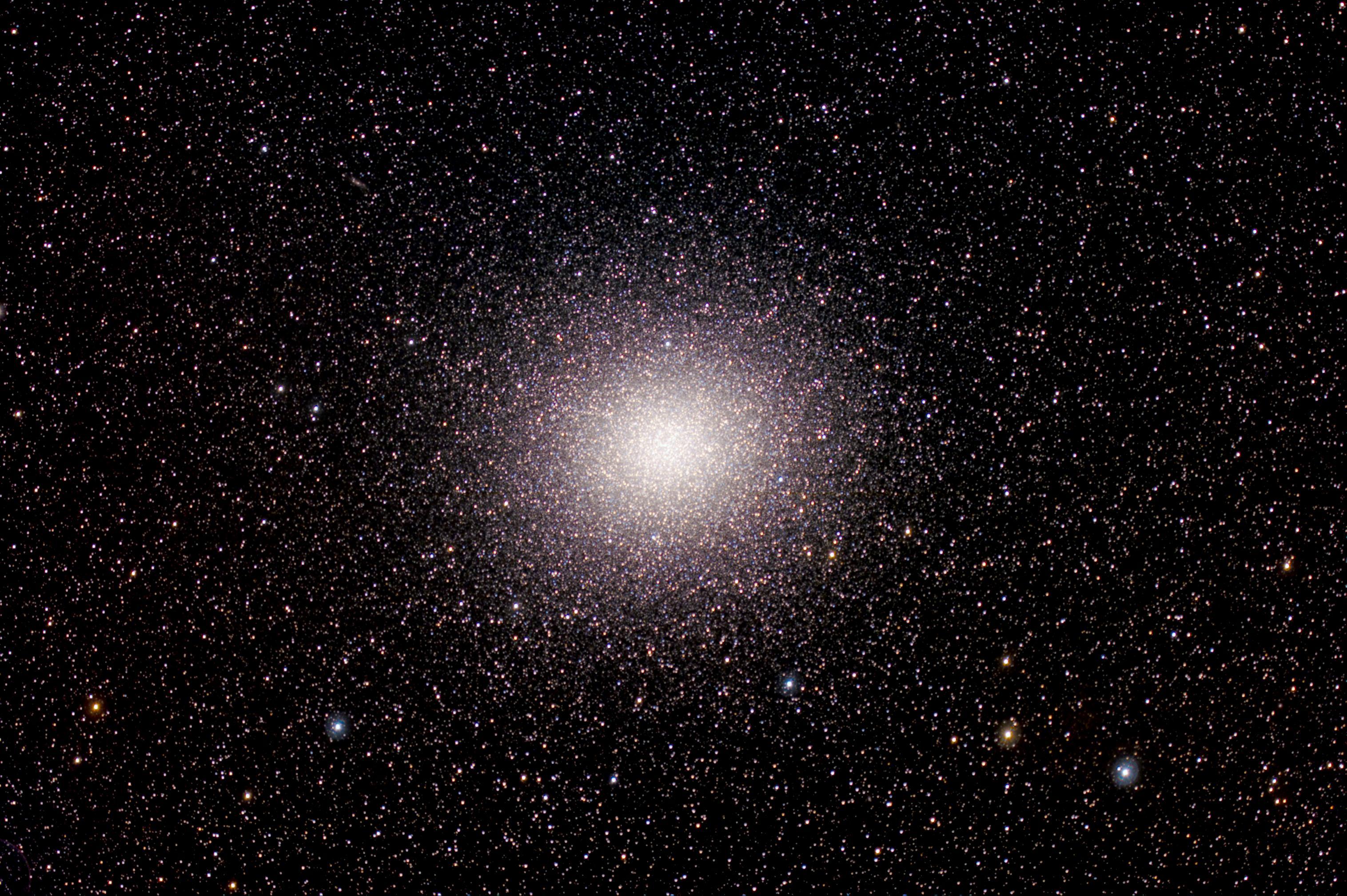 APOD: 2010 March 31 - Millions of Stars in Omega Centauri