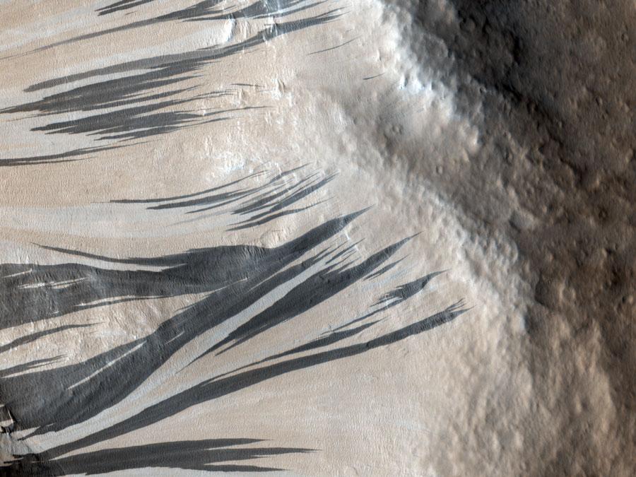 Rayas en las laderas de las Fosas de Aquerón en Marte