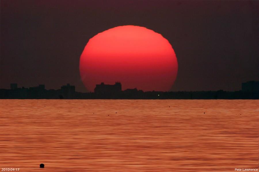 Puesta de Sol en el dorado mar