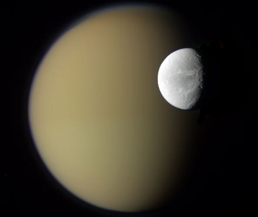 Las lunas Dione y Titán de Saturno desde la Cassini