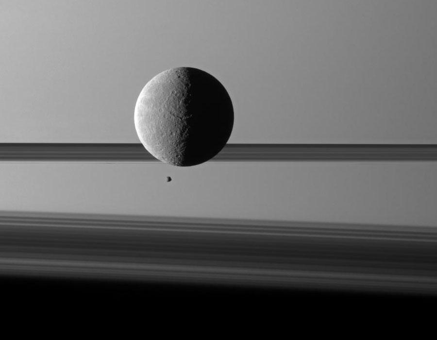 Lunas y Anillos delante de Saturno