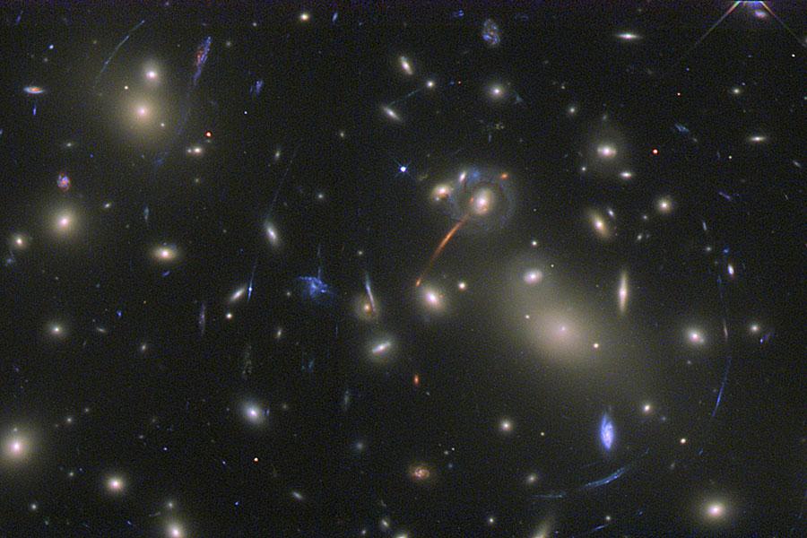 Abell 2218: Un cúmulo galáctico lente