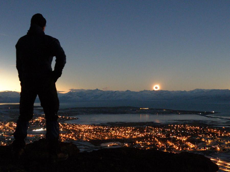 Eclipse a la puesta de sol en los Andes