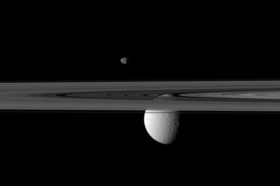 Lunas más allá de los anillos de Saturno