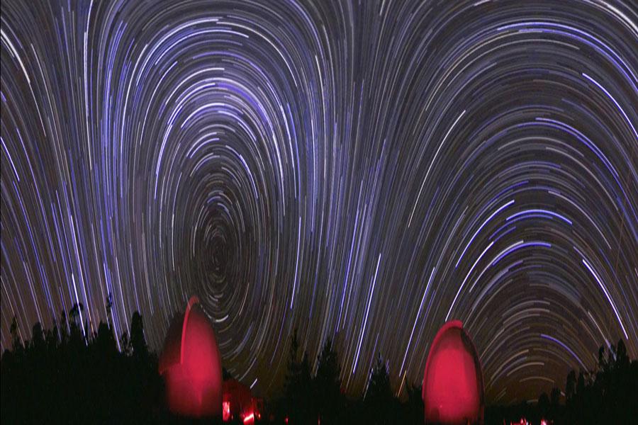 Cielo combado: panorámica de rastros estelares