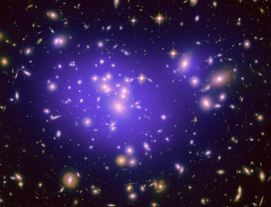 Cúmulo de galaxias Abell 1689 magnifica el Universo Oscuro