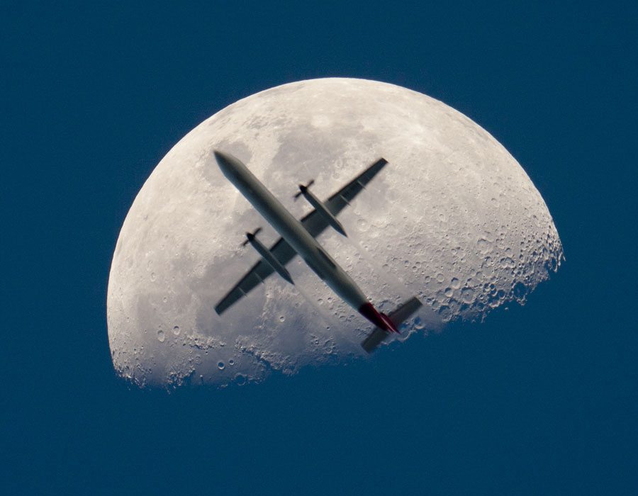 Un avión en frente de la Luna