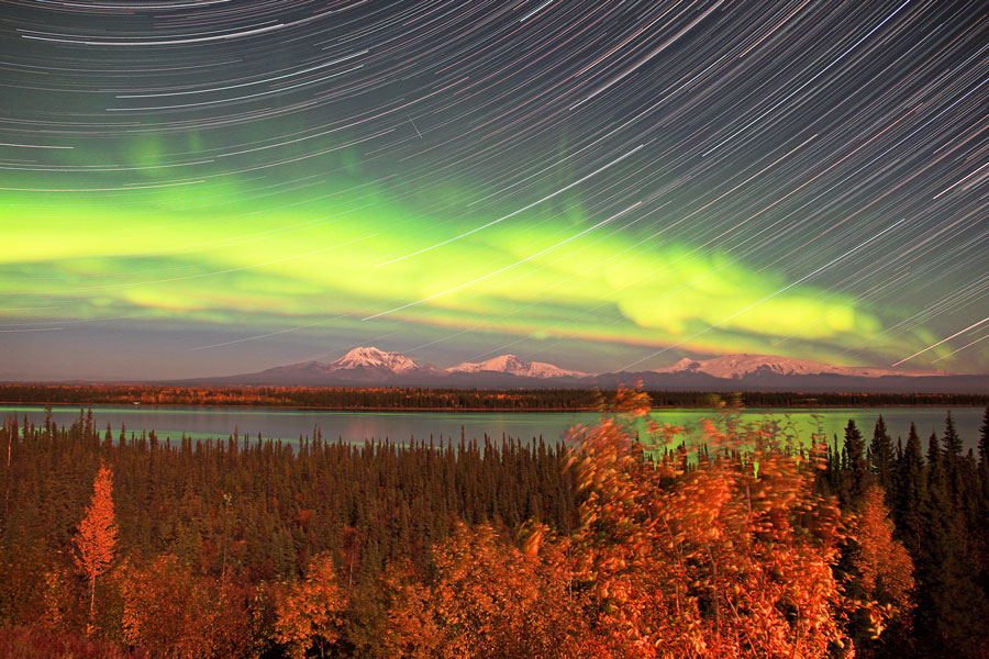 [摘译]每日天文一图 - 阿拉斯加上空的极光(2010年10月6日) - 秋天的麦兜 - 蜗牛壳