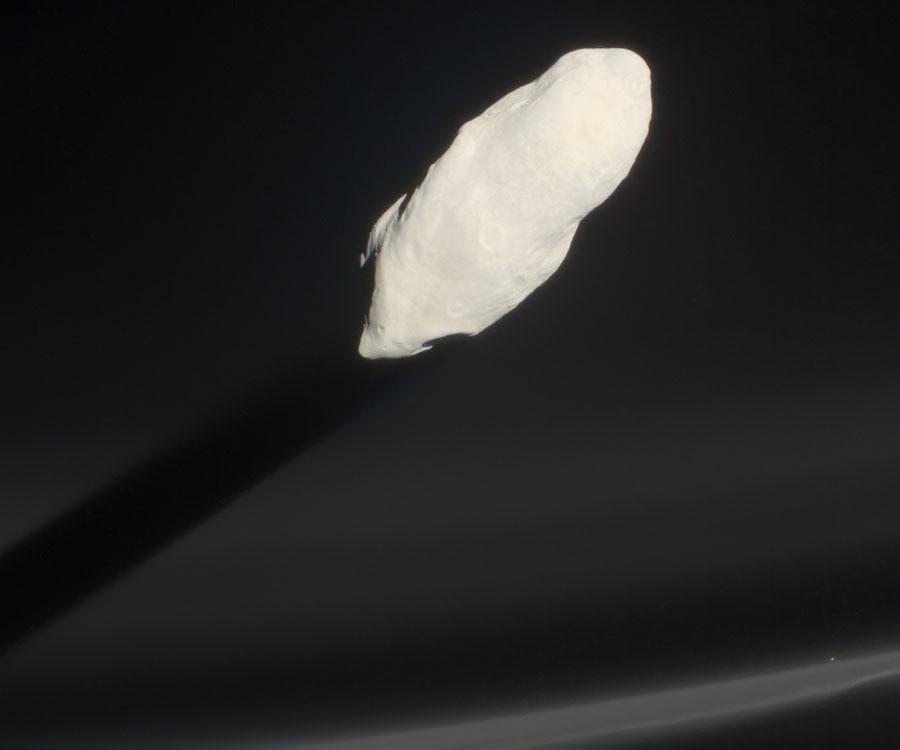 Prometeo saliendo a través del Anillo F de Saturno