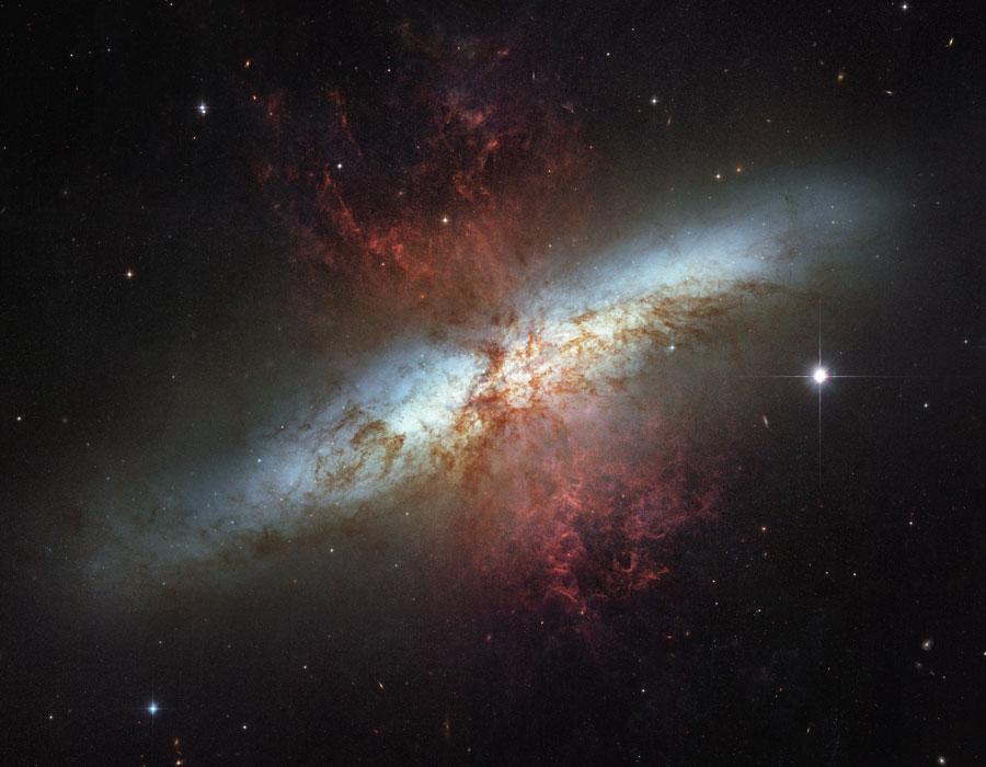 M82: galaxia con un viento supergaláctico