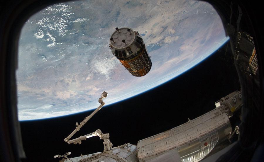 La nave de suministros japonesa Kounotori2 se acerca a la Estación Espacial