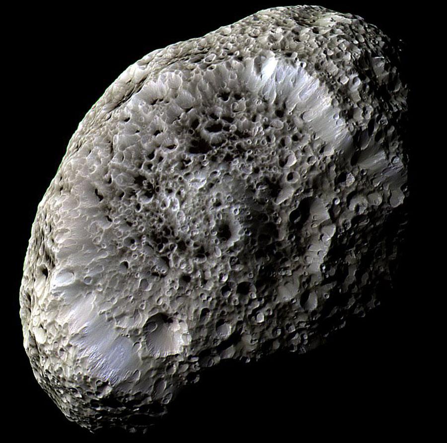 Hiperión en Saturno: Una luna con extraños cráteres
