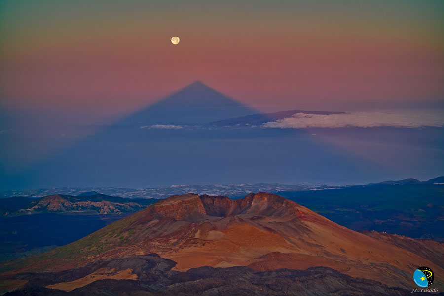 La sombra triangular de un gran volcán