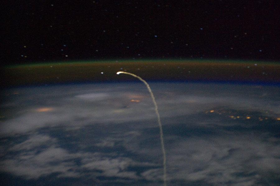 Rastro de la reentrada del transbordador desde órbita