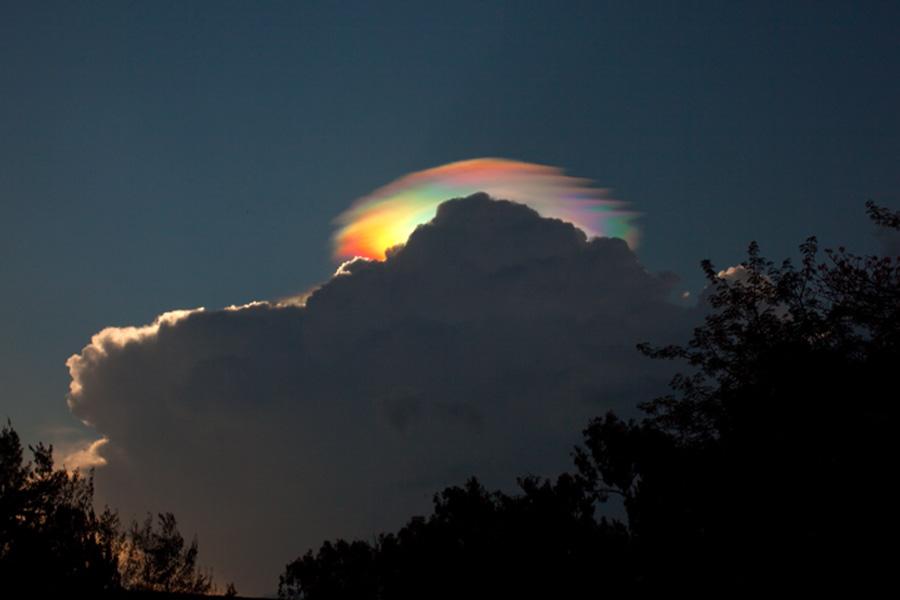 Una nube iridiscente pileus sobre Etiopia