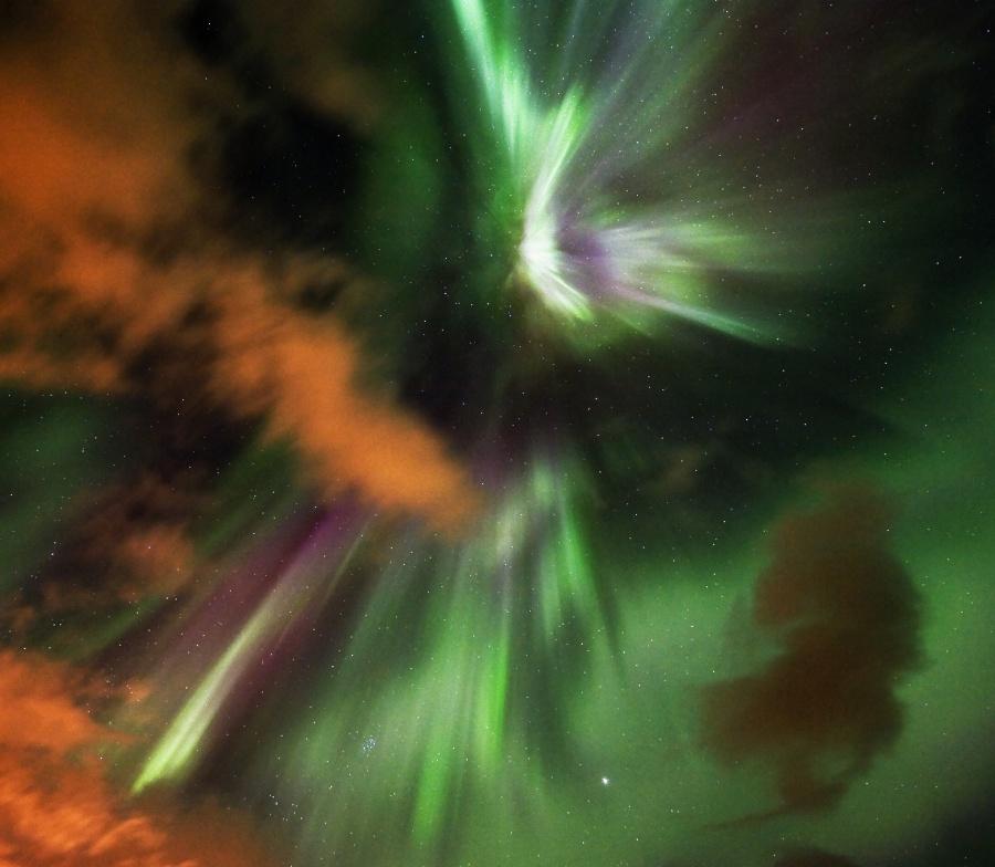Noche nublada y luces del norte