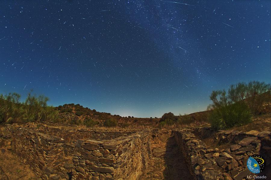 西班牙上空的天龙座流星(2011.10.19)- 每日天文一图摘译 - 秋天的麦兜 - 蜗牛壳