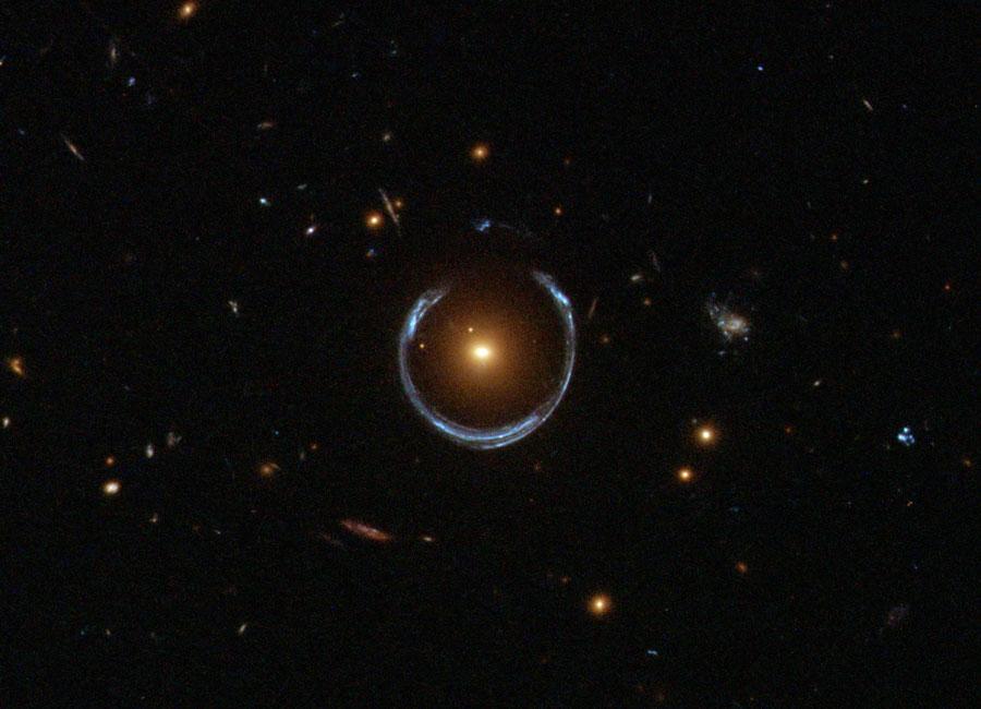Un anillo de Einstein con forma de herradura desde el Hubble