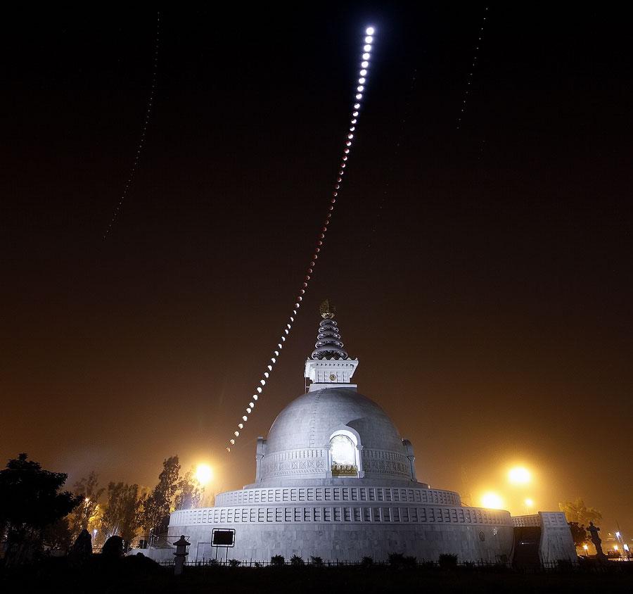 Eclipse lunar sobre una pagoda india por la paz