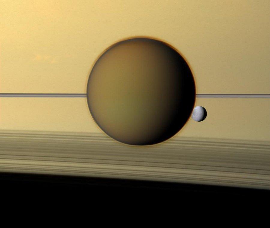 Al lado del anillo con Titán y Dione
