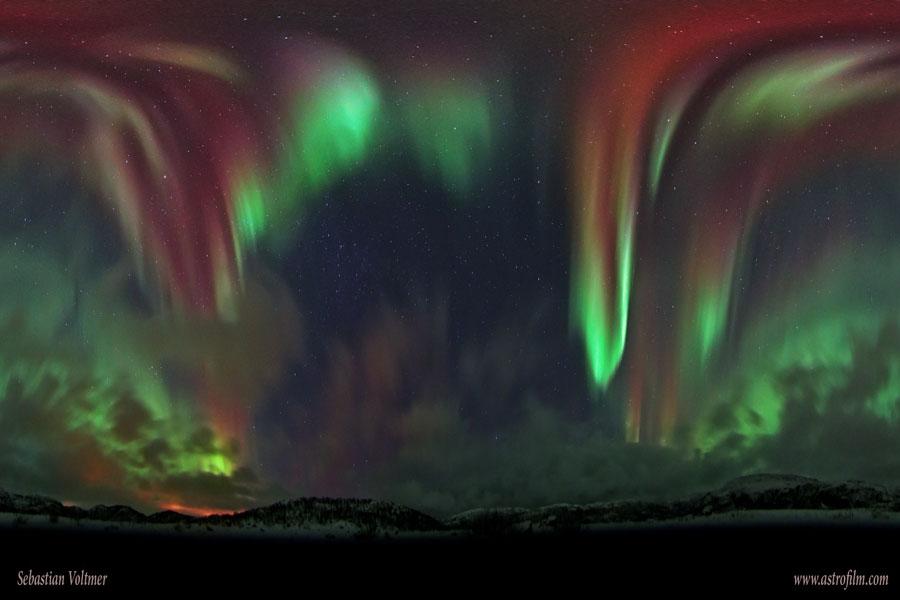 Celá obloha s polární září nad Norskem