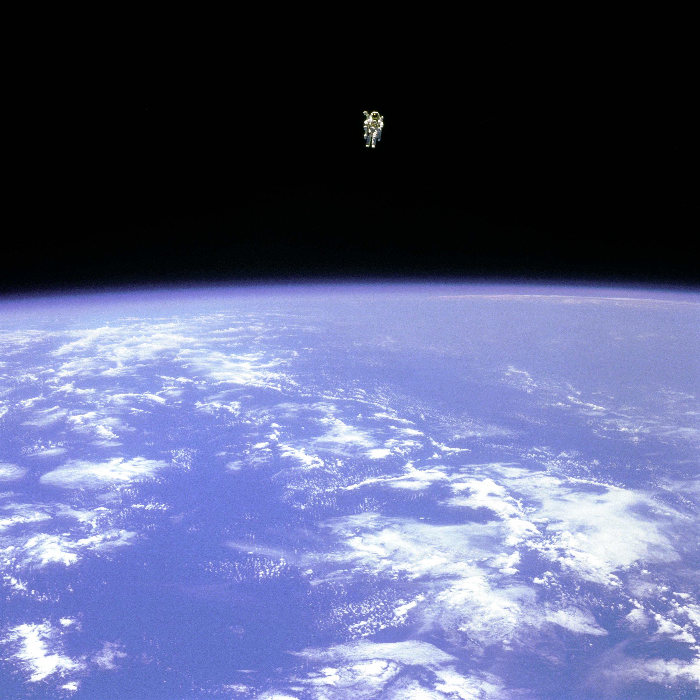 अंतरिक्ष मे चहलकदमी करता मानव(पूर्णाकार के लिये चित्र पर क्लिक करें)