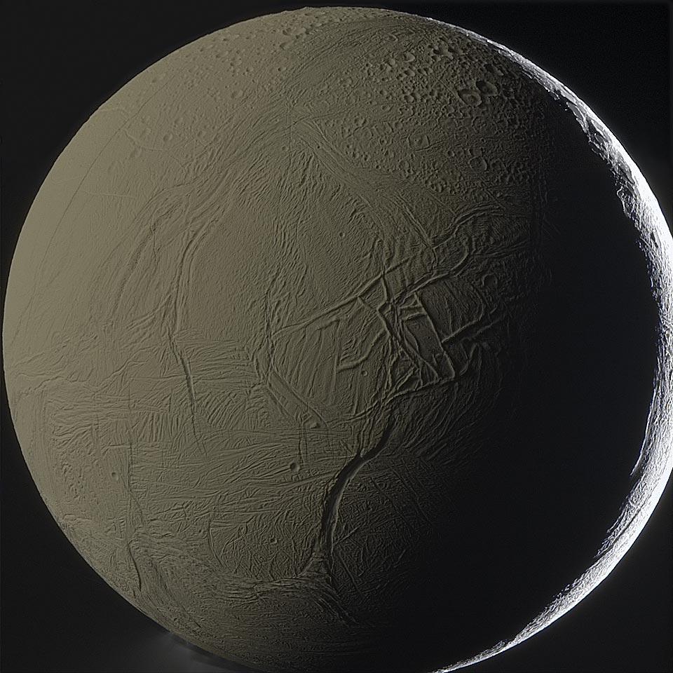 Encelado retroiluminado por Saturno
