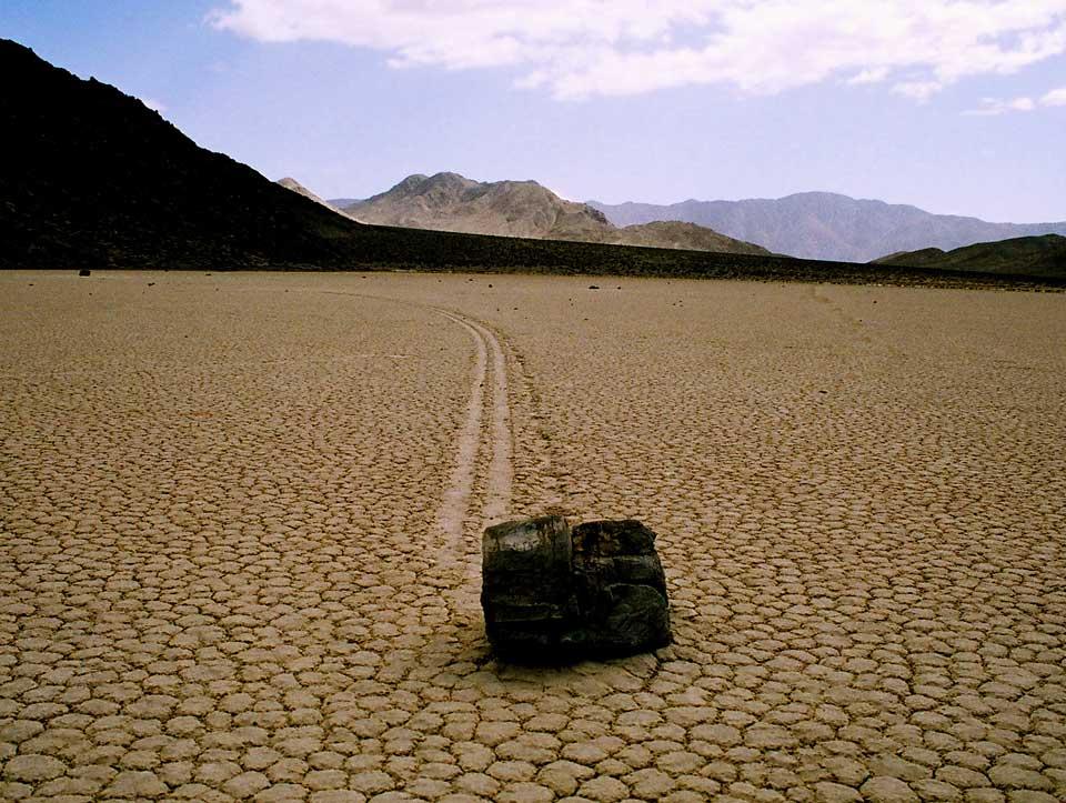 Klouzavý balvan v Údolí smrti