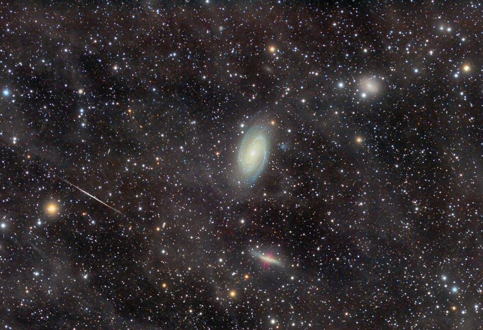El grupo de galaxias M81 a través de una nebulosa de flujo integrado