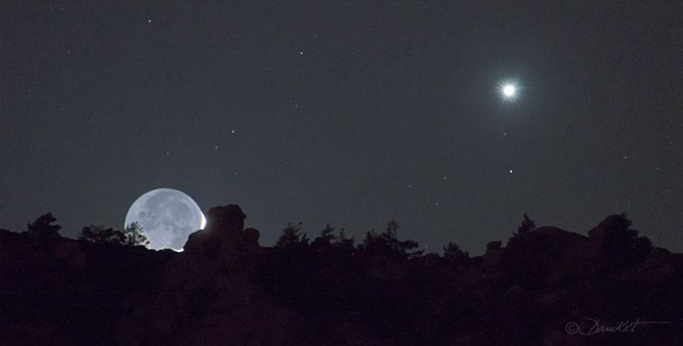 Brillo de la Tierra y Venus sobre la Sierra de Guadarrama