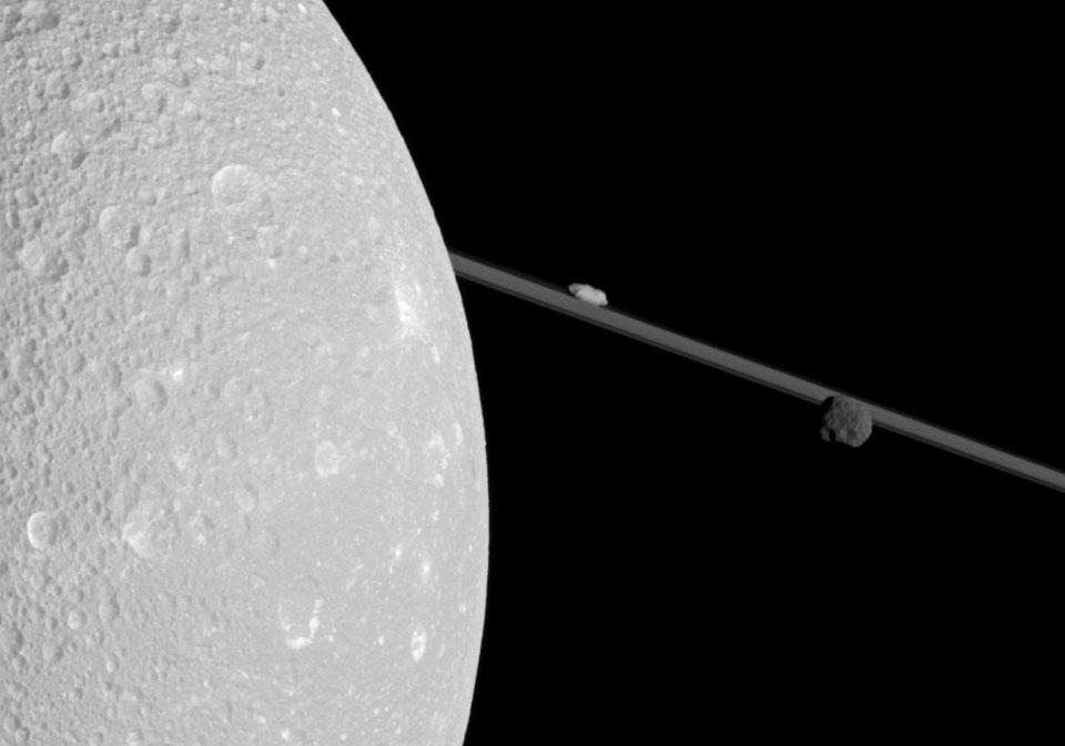 Un pase cerca de Dione, una luna de Saturno