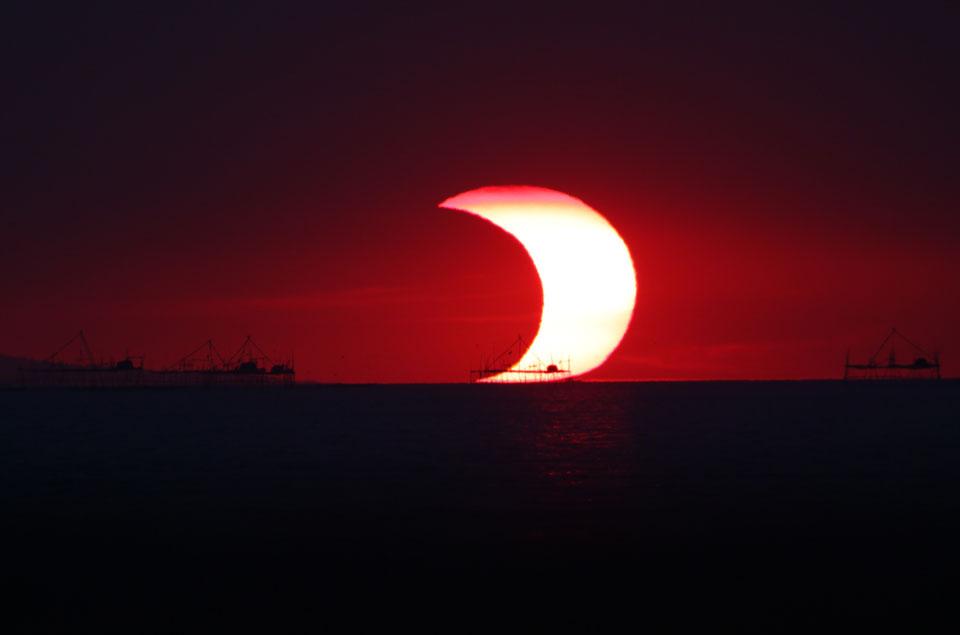 Un eclipse parcial sobre la bahía de Manila