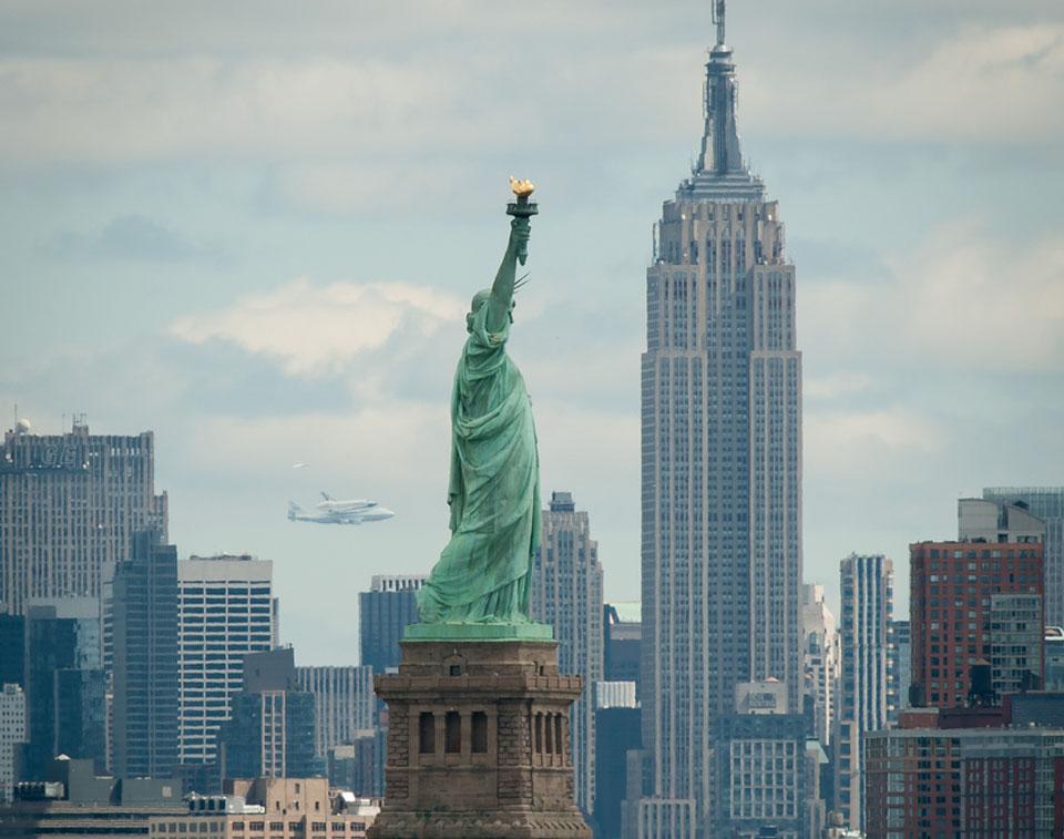 El transbordador Enterprise sobre Nueva York