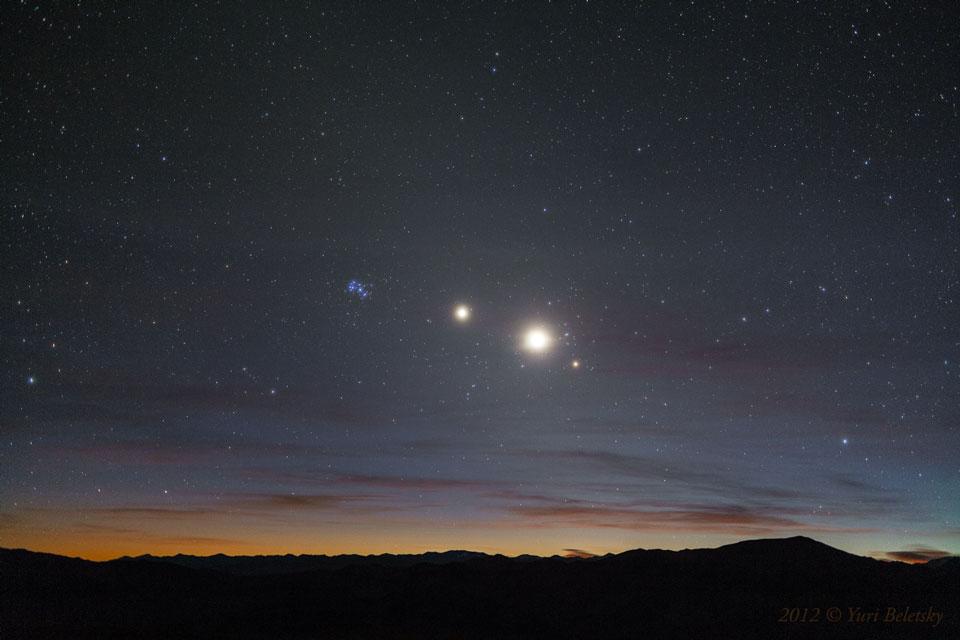 Una línea mañanera de estrellas y planetas