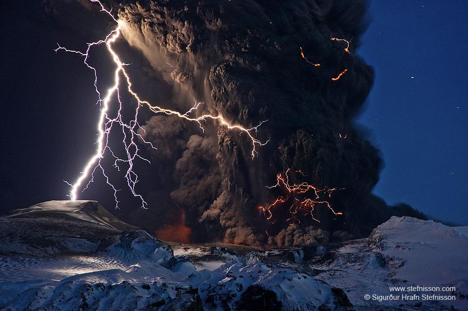 Ceniza y relámpagos sobre un volcán de Islandia