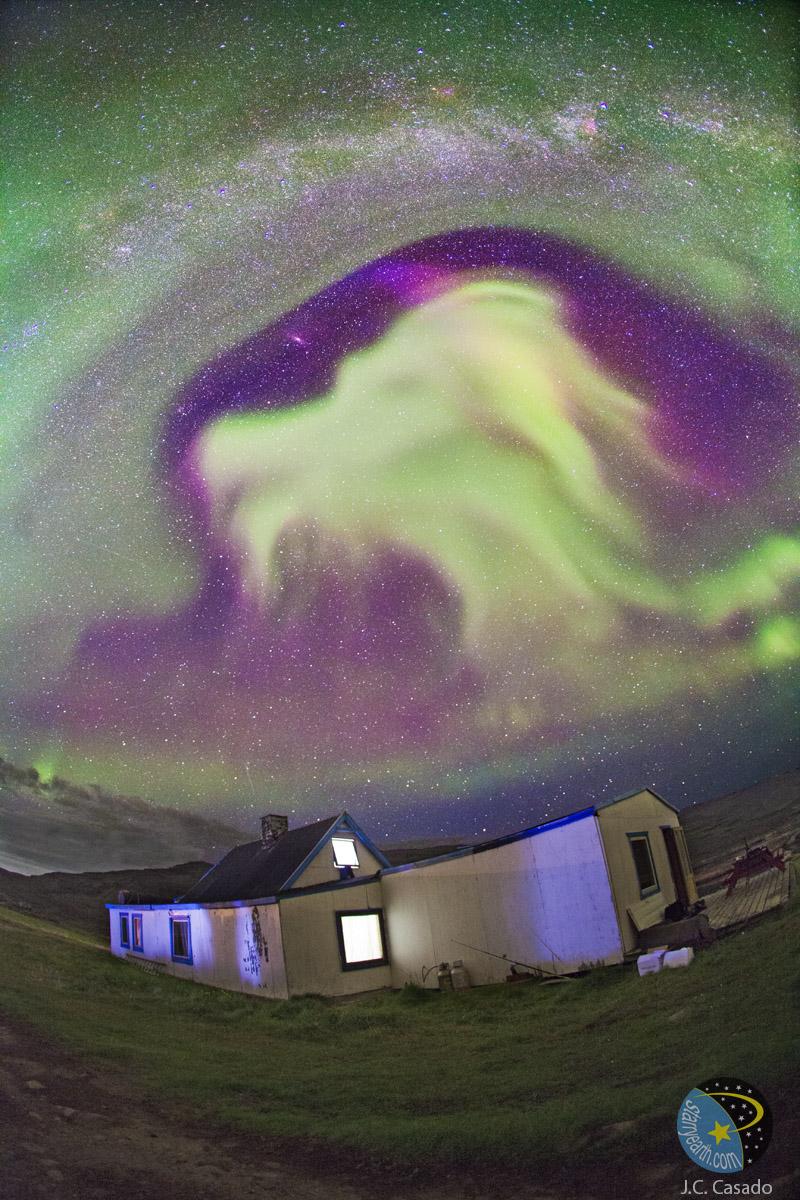 Aurora con forma de cabra sobre Groenlandia