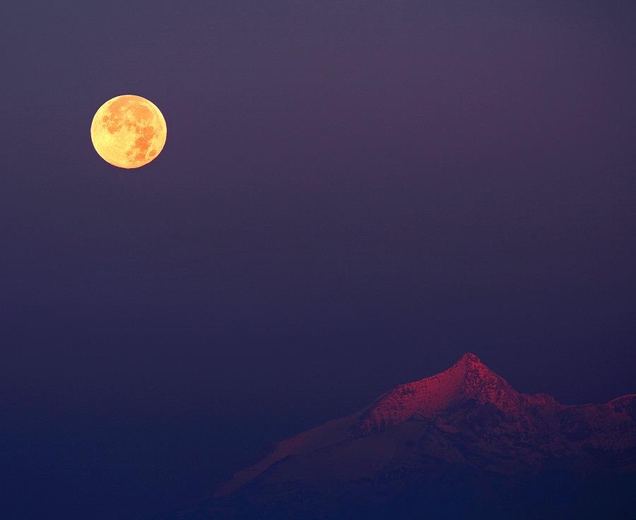 La Luna del Cazador sobre los Alpes