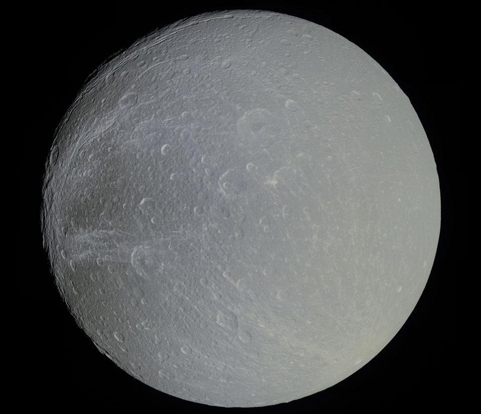 Dione, el satélite de Saturno, con un poco de color