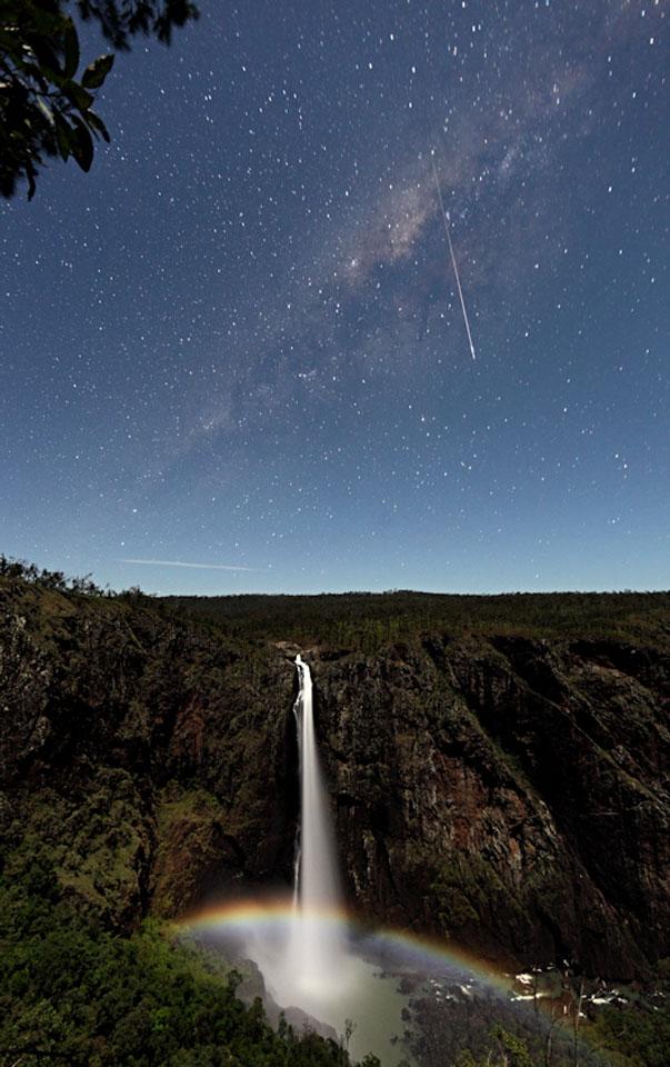 Meteorito y arco iris lunar sobre las cascadas de Wallaman